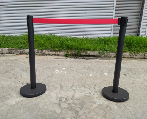 black queue pole with red line
